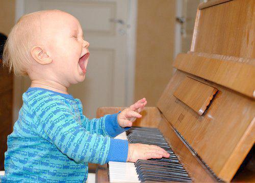 Vauva soittaa pianoa